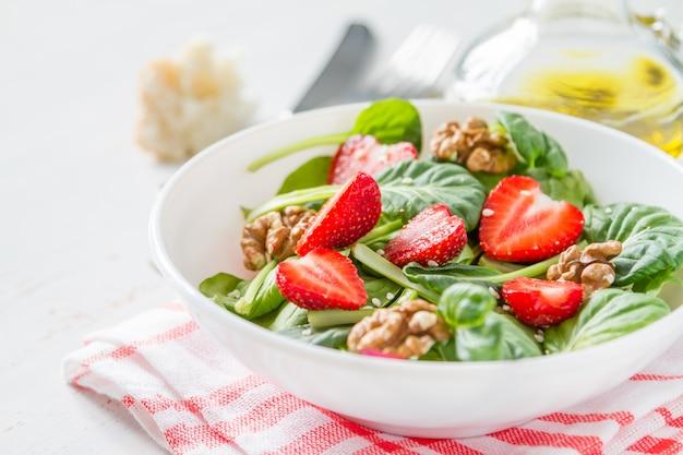 Salada de morango em tigela branca