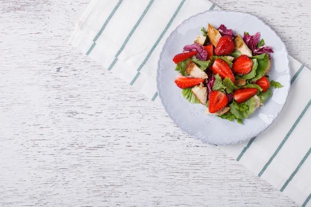 Salada de morangos frescos. lanche nas festas de verão.
