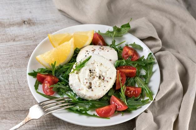 Salada de mussarela com rúcula