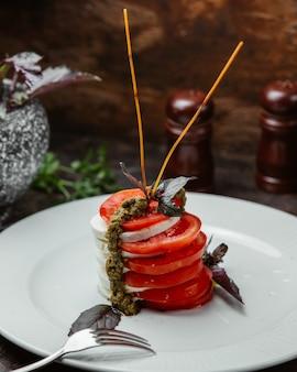 Salada de mussarela e tomate carpeze com molho balsâmico