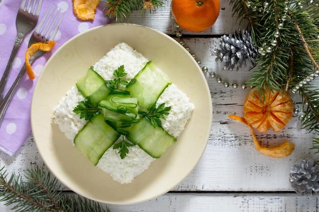 Salada de natal com carne, cogumelos e pepino