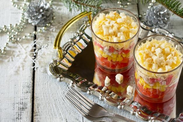 Salada de natal com tomate, milho e frango