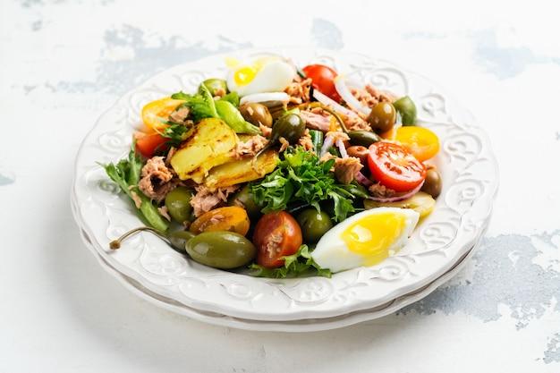 Salada de nicoise de verão delicioso com atum