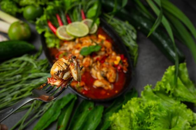 Salada de ostras frescas picantes e ingredientes de comida tailandesa
