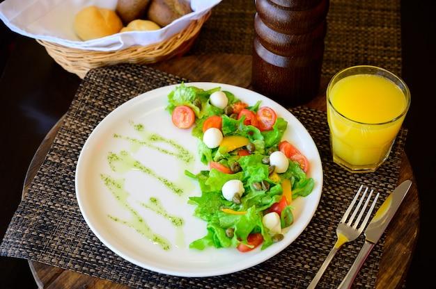 Salada de ovo de codorna com alface e tomate em uma placa