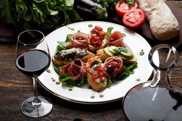 Salada de pão e vinho tinto