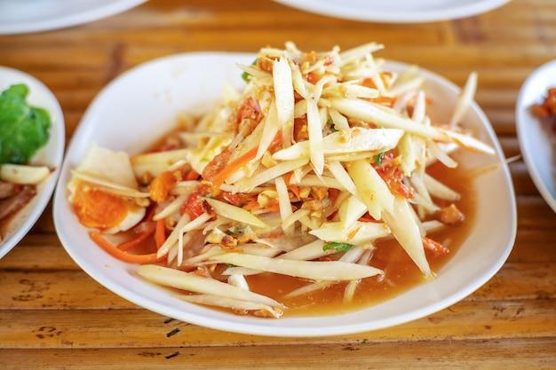 Salada de papaia ou som tam em comida de rua tailandesa