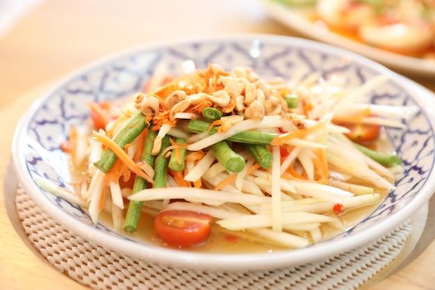 Salada de papaia verde ou som tam em comida de rua tailandesa