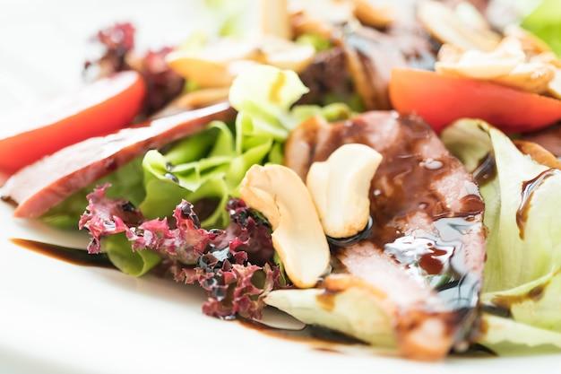 Salada de pato defumado