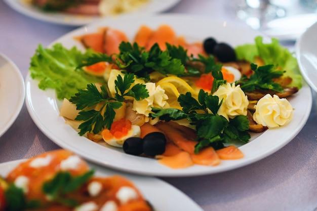 Salada de pedaços de peixe vermelho, limão e outros ingredientes