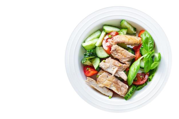 Salada de peito de frango carne vegetal tomate pepino alface dieta comida refeição lanche na mesa