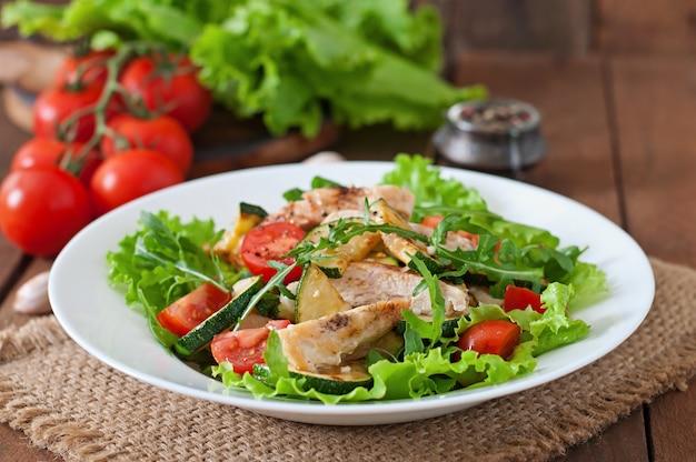 Salada de peito de frango com abobrinha e tomate cereja