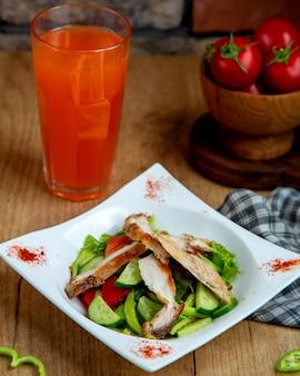 Salada de peito de frango frito com alface de tomate pepino e fatias de pimentão verde