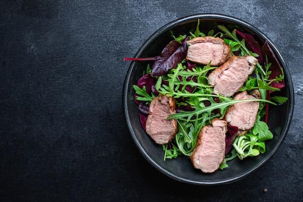 Salada de peito de pato com folhas de alface verdes prontas para comer
