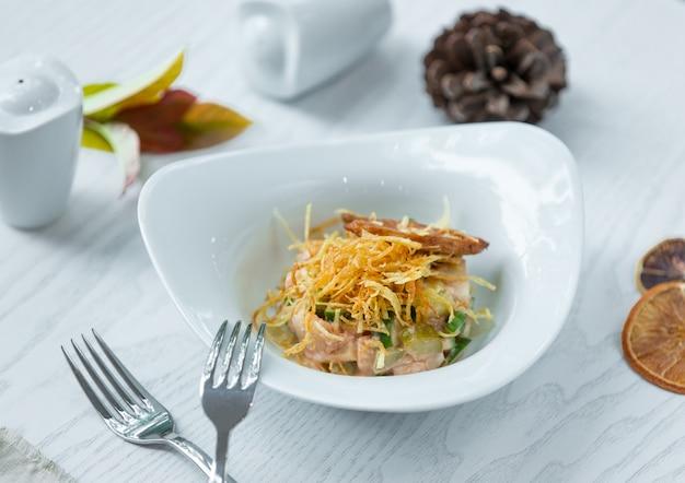 Salada de peixe com legumes e crocantes