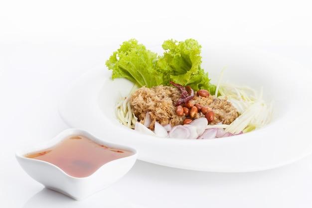 Salada de peixe crocante no prato branco