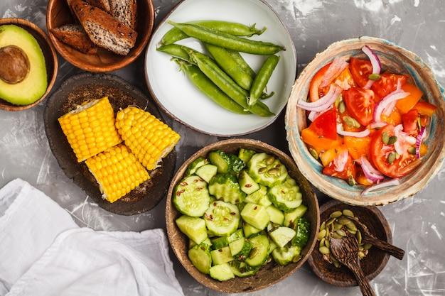 Salada de pepino, salada de tomate, milho e ervilhas, vista superior