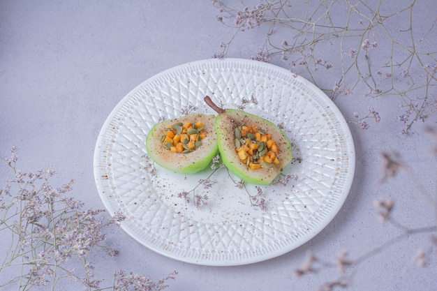 Salada de pêra descascada com sementes de cenoura e abóbora
