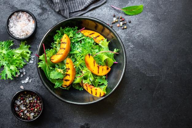 Salada de pêssego grelhada folhas de alface com ingredientes de nectarina