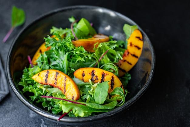 Salada de pêssego grelhada folhas de alface mistura ingrediente alimentação orgânica