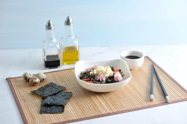 Salada de polvo de couve, ovos e cebola