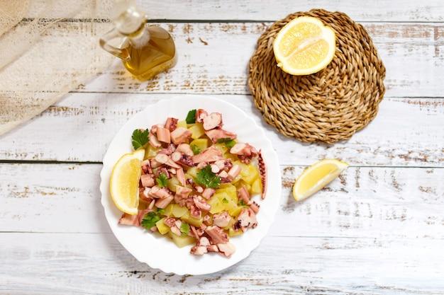 Salada de polvo e batata, comida tradicional mediterrânea