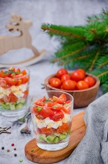 Salada de porção com salmão defumado, abacate, ovo, tomate cereja com molho de creme de queijo em um copo