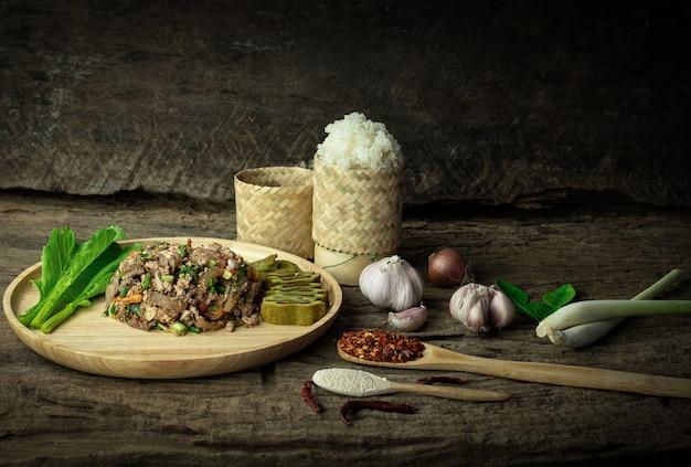 Salada de porco picada picante com arroz pegajoso