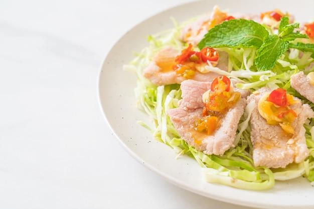 Salada de porco picante ou carne de porco cozida com lima, alho e molho de pimenta