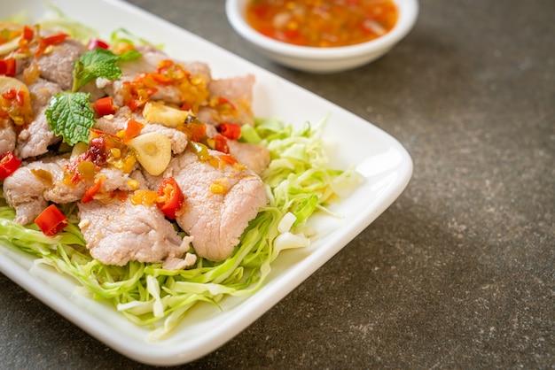 Salada de porco picante ou carne de porco cozida com limão, alho e molho de pimenta