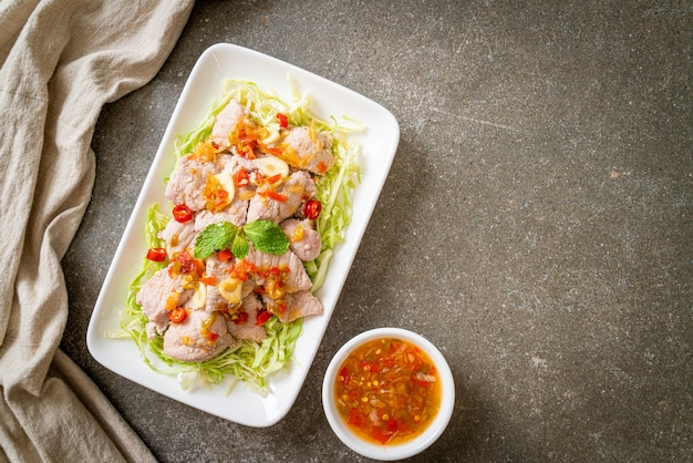 Salada de porco picante ou porco cozido com limão, alho e molho de pimenta