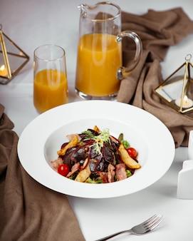 Salada de presunto com legumes, servida com suco de laranja