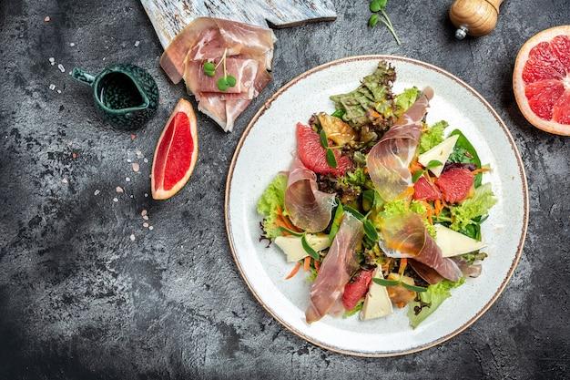 Salada de presunto crudo de presunto com queijo brie camembert e toranja, mistura para salada. comida saudável, banner, menu, local de receita para texto, vista superior
