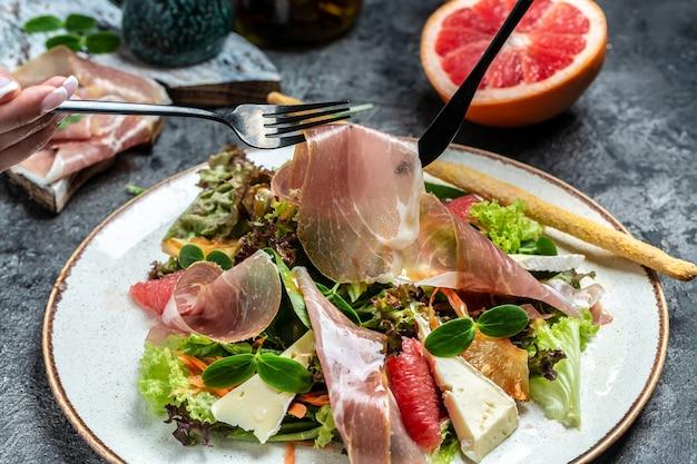 Salada de presunto crudo de presunto com queijo brie camembert e toranja, mistura para salada. menu do restaurante, dieta, receita do livro de receitas.