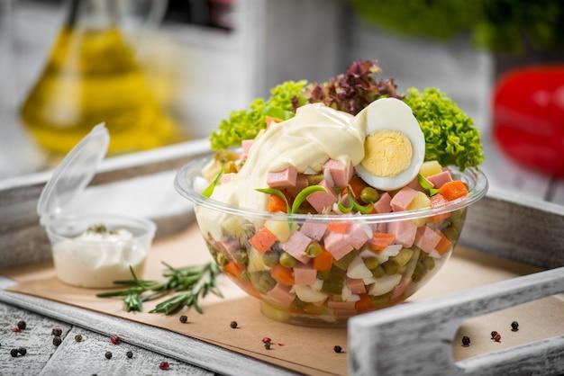 Salada de primavera com espinafre, ovo, presunto