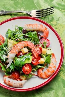 Salada de primavera com frutos do mar