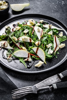 Salada de queijo azul com peras, nozes, acelga e rúcula