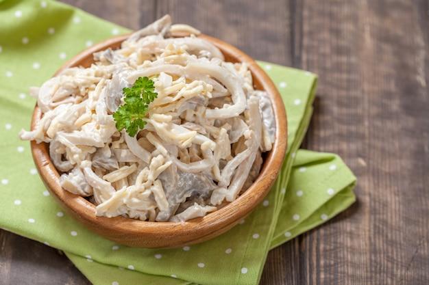 Salada de queijo de lula com molho de cogumelos e maionese
