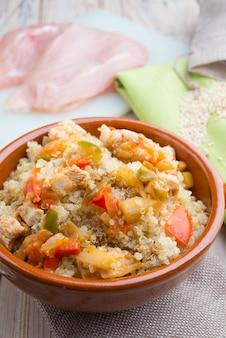 Salada de quinoa com legumes. conceito de superalimentos