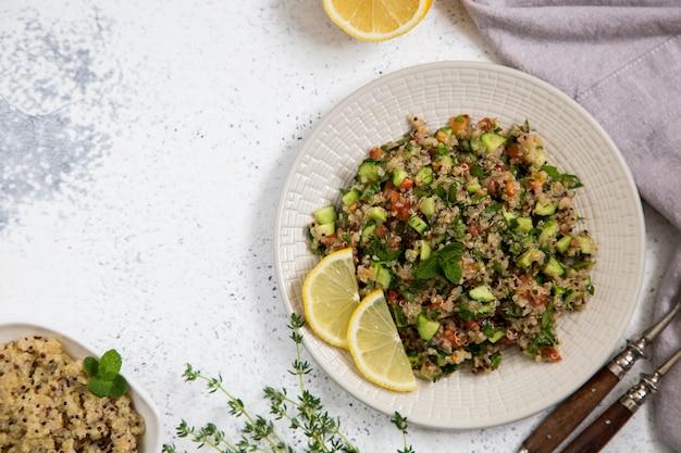 Salada de quinoa com tomates frescos, pepinos e folhas de salada. superalimento e alimentação saudável.