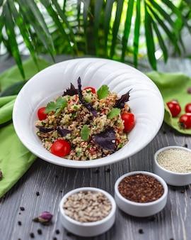 Salada de quinoa tomate pepino manjericão salsa vista lateral