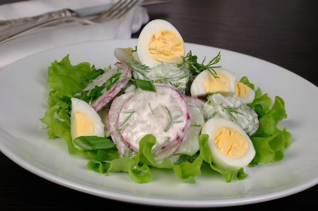 Salada de rabanete com pepino e ovos de codorna para molho de leite