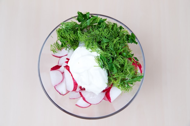 Salada de rabanete com verduras e molho