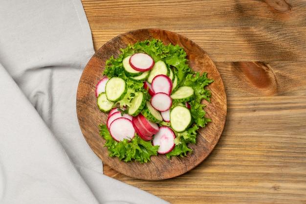 Salada de rabanete de primavera com pepino