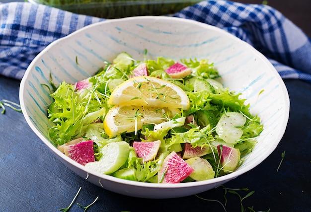 Salada de rabanete melancia, pepino, aipo e folhas de alface. comida vegana. menu dietético.