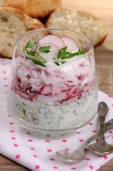 Salada de rabanete ralado e pepino com iogurte em um copo