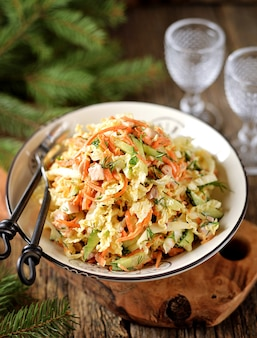 Salada de repolho à pequim, pepino, cenoura e peito de frango defumado com molho de iogurte.