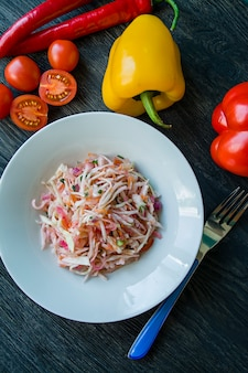 Salada de repolho branco, cenoura e pimentão.