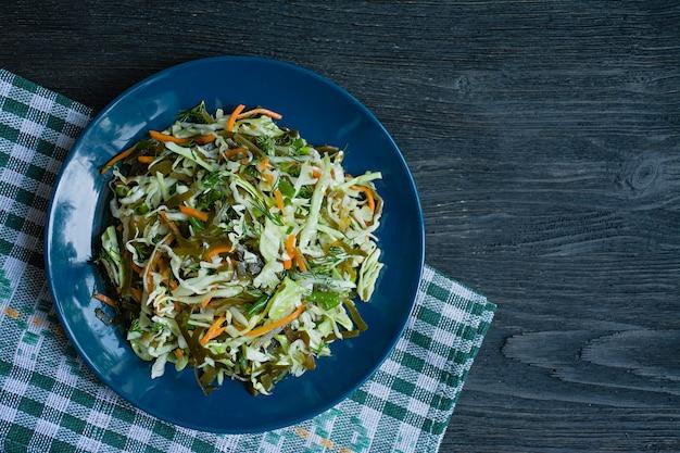 Salada de repolho branco, couve e cenouras frescas temperadas com azeite
