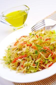 Salada de repolho com cenoura, cebola e azeite
